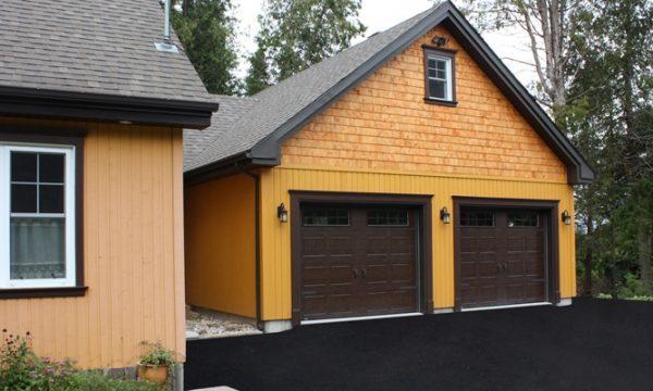 New-Hampshire / Brun commercial / Fenêtres scellées 8 carreaux blancs, cadres peinturés / Ensemble de pentures et poignées décoratives