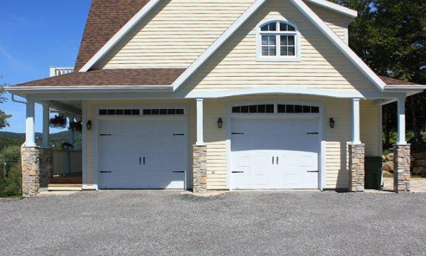 New-Hampshire / Blanc / Fenêtres scellées 8 carreaux blancs, une est arquée, cadres peinturés / Ensemble de pentures et poignées décoratives