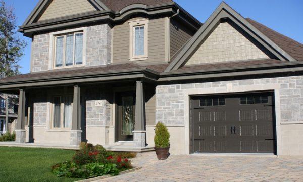 New-Hampshire / Brun commercial / Fenêtres scellées 8 carreaux peinturés, cadres peinturés / Ensemble de pentures et poignées décoratives