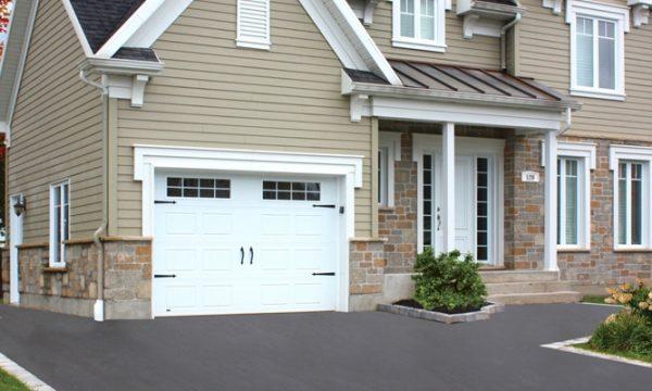 New-Hampshire / Blanc / Fenêtres scellées 8 carreaux blancs, cadres blancs / Ensemble de pentures et poignées décoratives