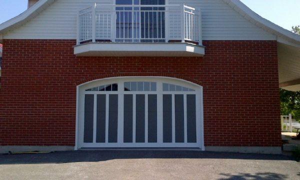 Collection Seigneurie, modèle Montarville / Sablon et planches blanches / Fenêtres scellées claires arquées 5 carreaux blancs, cadres blancs